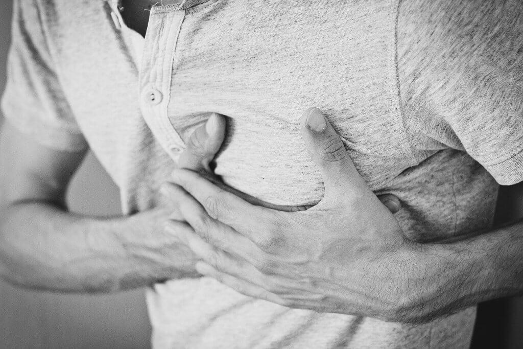 Herzinfarkt Symptome vorher,Herzinfarkt Warnzeichen,Anzeichen eines Herzinfarkts,Brustschmerz,Nothilfe,Herzerkrankung,